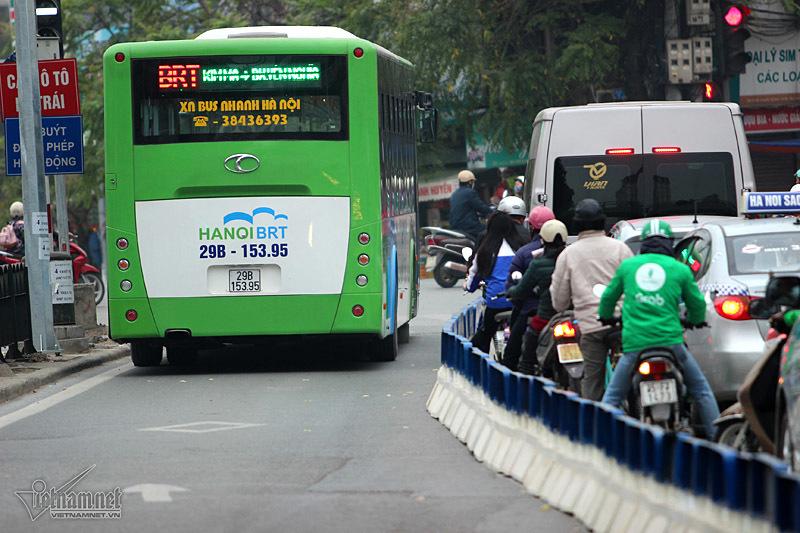 Mặc dải phân cách, xe máy, ô tô lao vào đường buýt nhanh
