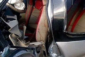 Bé 9 tuổi tử vong khi xe khách tông xe tải