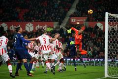 Rooney cứu MU với siêu phẩm sút phạt phút bù giờ