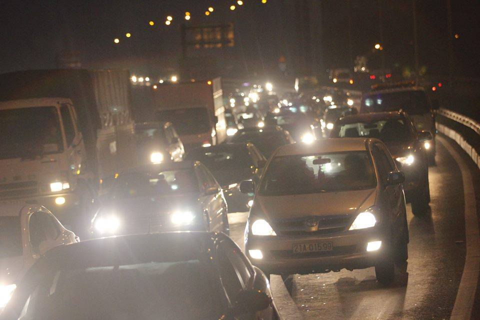 Hà Nội: Tắc toàn tập từ cao tốc đến đường trên cao
