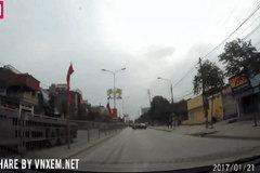 Clip: Cặp đôi chạy xe máy bị ô tô húc văng sang làn đường ngược chiều