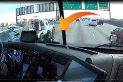 """""""Soái ca xa lộ"""" dùng xe tải che chắn cho nữ biker bị hỏng xe"""
