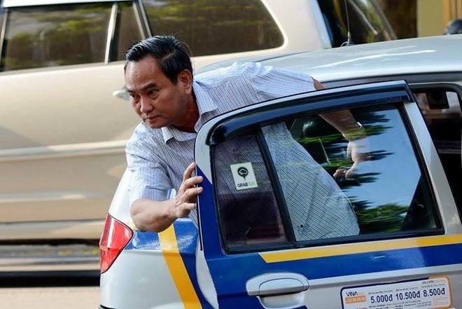 Thứ trưởng cười tươi đi taxi, lãnh đạo tỉnh thích 'đặc thù xe công'