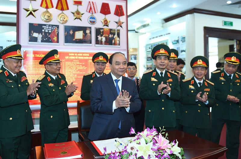 Thủ tướng kiểm tra công tác sẵn sàng chiến đấu của Tổng cục Tình báo