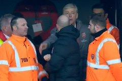 Gây hấn trọng tài, HLV Wenger sẽ bị phạt nặng
