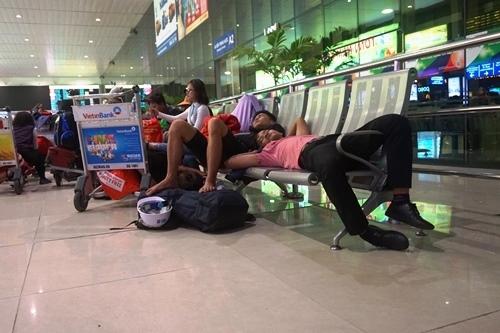 Vật vờ chờ chuyến bay lúc 2h sáng ở Tân Sơn Nhất ngày 27 Tết