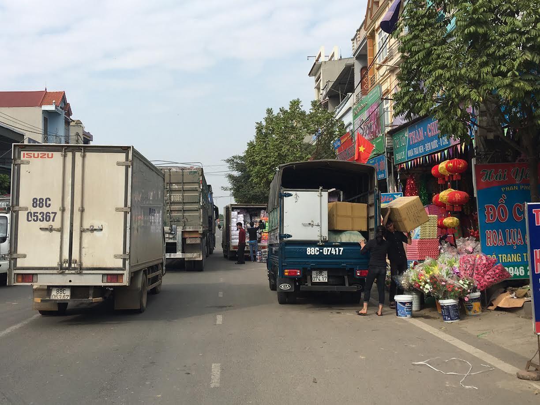 Tay buôn Thổ Tang kéo cả làng lên núi mở chợ: Đại gia bái phục
