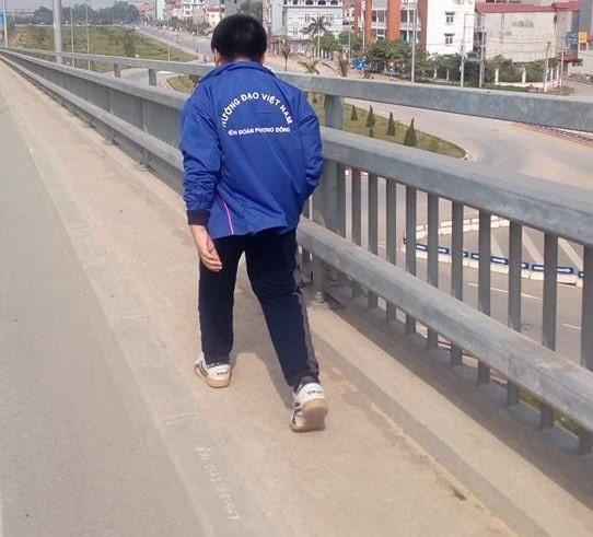 Hai em bé nhặt 89 cái đinh trên cầu Nhật Tân