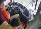 """Vừa lái xe vừa """"lướt net"""", tài xế khiến hành khách phát hoảng"""