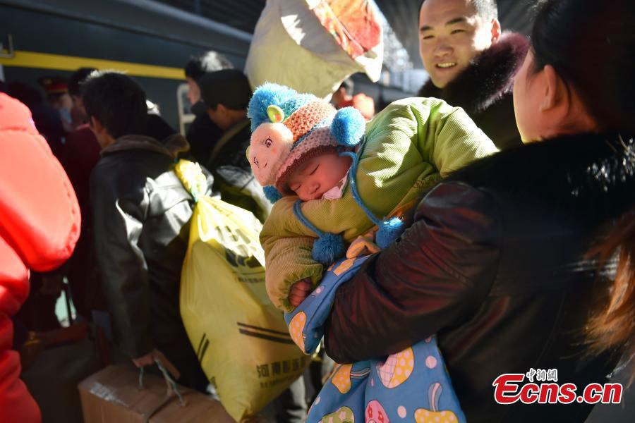 Trẻ em vạ vật giữa biển người về quê đón Tết