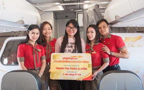 Ảo thuật gia 'hô biến' tặng vàng cho khách bay Vietjet