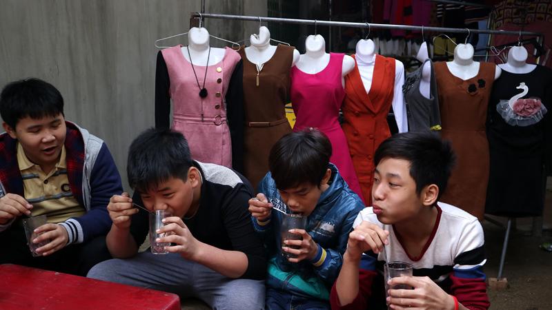 Lạ lùng phiên chợ cuối năm ở Thủ đô chỉ dành cho quý ông