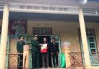 Lính trinh sát đặc nhiệm trao quà Tết cho bà con vùng biên