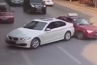 Lùi xe ngang ngược, tài xế BMW còn tấn công lái xe taxi