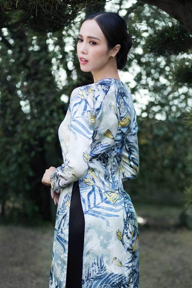 Vũ Ngọc Anh đẹp kiêu kì trong áo dài xuân