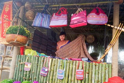 Tết tưng bừng lễ hội khèn, hoa tại Fansipan Legend
