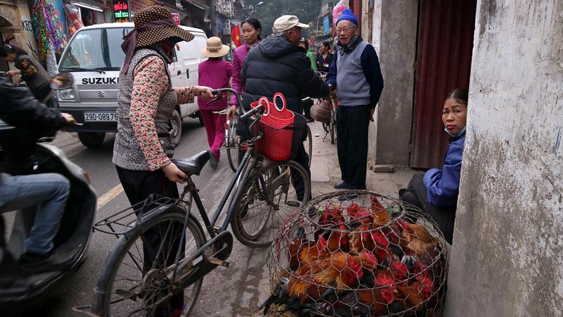 Chợ phiên giữa Hà Thành đậm chất quê giăng kín ngõ phố