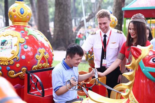 Trẻ mồ côi, khuyết tật đón Tết ấm cùng Vietjet