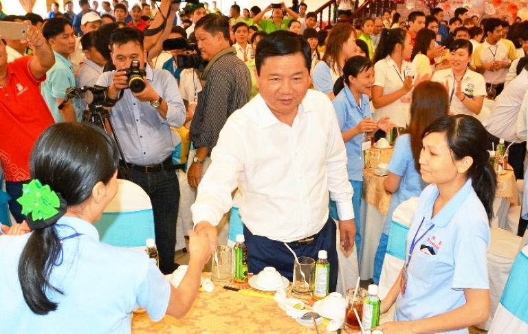 Bí thư Thăng dùng cơm với 600 công nhân đón Tết xa nhà