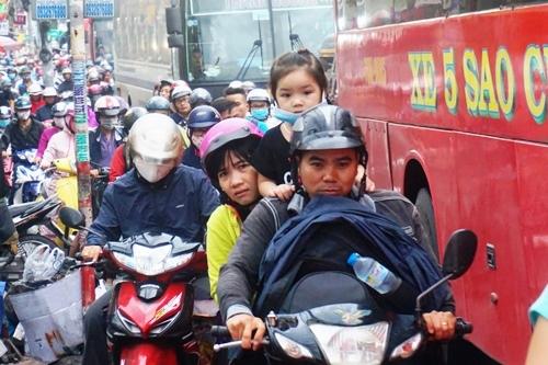 Ùn tắc nghiêm trọng, khách bỏ xe chạy bộ vào bến xe miền Đông