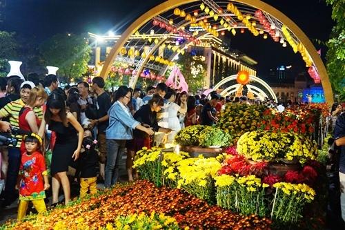 TP.HCM: Hàng ngàn người dự khai mạc đường hoa Tết