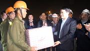 Chủ tịch HN tặng quà Tết cho công nhân thi công cầu vượt