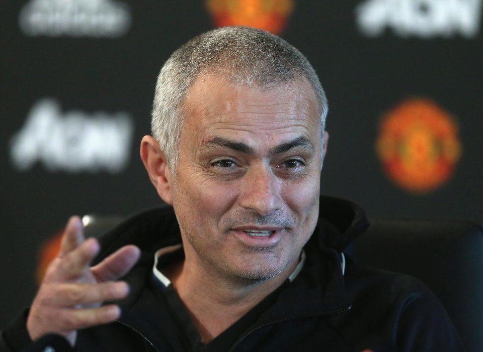 Mourinho cắt tóc cực ngầu, gây hấn Chelsea, Liverpool