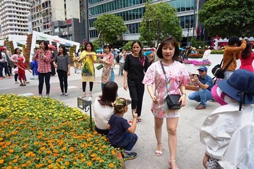 Hình ảnh không đẹp trên đường hoa Tết phố Nguyễn Huệ