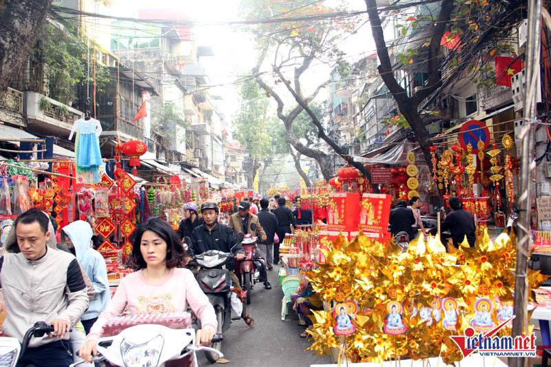 Người Hà Nội chen chân đi phiên chợ cuối cùng của năm