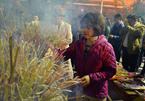Người Hà Nội đi chùa, mua muối may mắn đầu năm