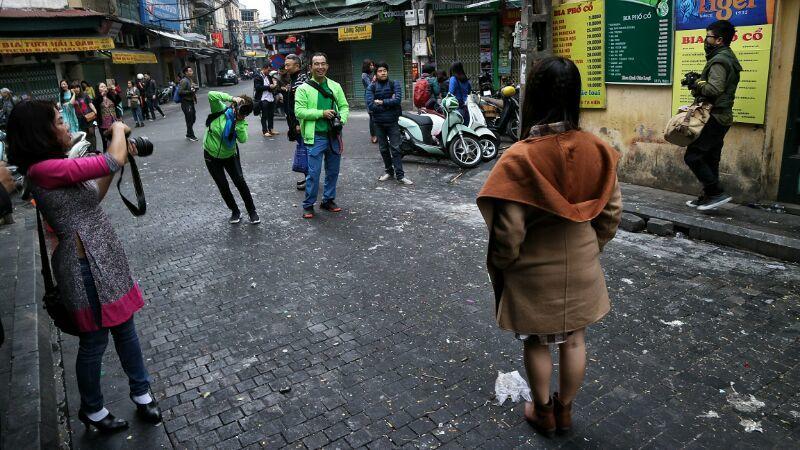 Mùng 1 Tết, thiếu nữ thỏa sức tung tăng trên phố cổ