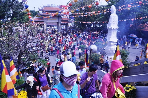 Mùng 1 Tết, nghẽn đường do khách viếng chùa quá đông