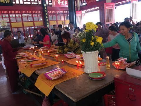 Người Sài Gòn viếng mộ tiền nhân ngày mùng 2 Tết