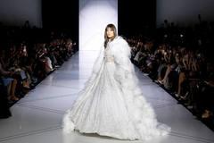 Những bộ váy cưới đẹp như mơ trên sàn catwalk