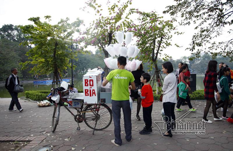 Hàng rong 'họp chợ' quanh hồ Gươm ngày Tết