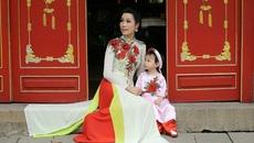 Trịnh Kim Chi cùng con gái lễ chùa đầu năm