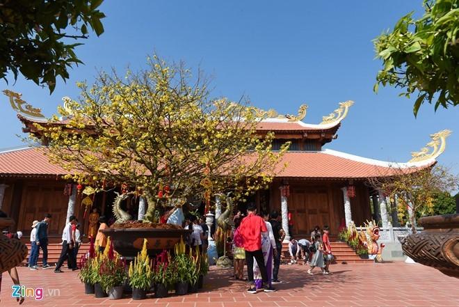 Khán giả du xuân 3 ngày Tết ở đền thờ Tổ của Hoài Linh