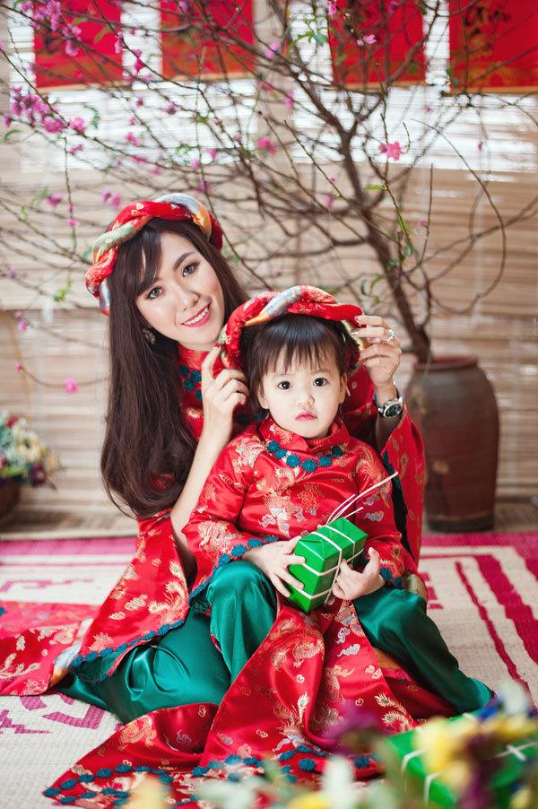 Mai Thỏ diện áo dài đôi với con gái đón xuân