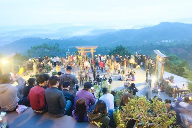 Hình ảnh xấu xí của bạn trẻ ở ngôi chùa Sơn Tùng từng quay MV