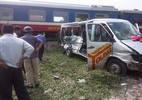 Tàu hỏa tông ô tô chở gia đình chơi Tết, 2 người chết