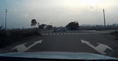 Pha va chạm khiến ô tô lật ngửa giữa đường ở Vĩnh Phúc