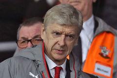 Wenger tức giận mắng học trò té tát