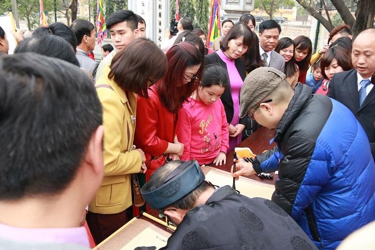 Hàng dài người xin chữ đầu năm ở đình thờ nhà giáo Chu Văn An