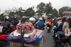 Hết Tết, người dân khệ nệ đồ đổ về Hà Nội