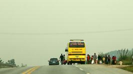 Dân tràn ra cao tốc Hà Nội - Lào Cai đón xe chiều mùng 5 Tết