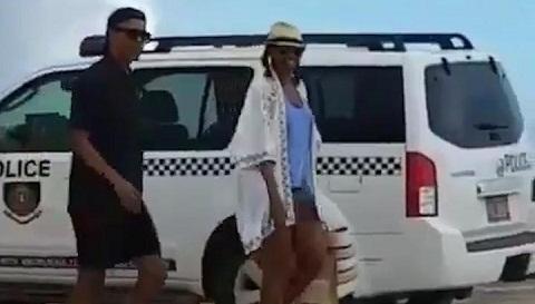 Obama đội mũ ngược, tản bộ trên bờ biển