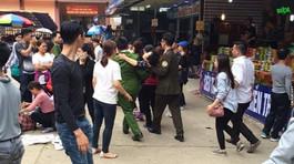 Bà cụ bị đánh ngất do dẫm chân cô gái khi đi chùa Hương