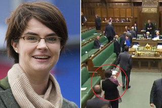 Nữ nghị sĩ bế con tới quốc hội bỏ phiếu
