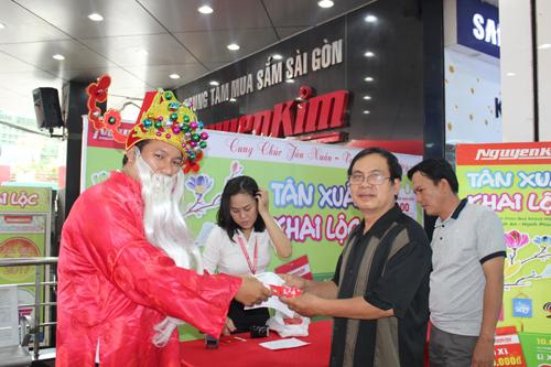 Tân Xuân khai lộc, Nguyễn Kim lì xì 2 tỷ đồng