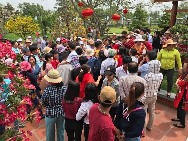 Fan vây kín, chờ nhận lì xì của Hoài Linh ở đền thờ Tổ